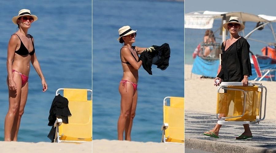 11.ago.2014 - Aos 46 anos, Carolina Ferraz exibiu a boa forma de biquíni. A atriz curtiu praia na zona sul do Rio