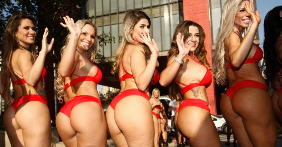 11.ago.2014 - Candidatas ao concurso Miss Bumbum 2014 se reuniram no vão do MASP (Museu de Arte de São Paulo) para ensaio fotográfico