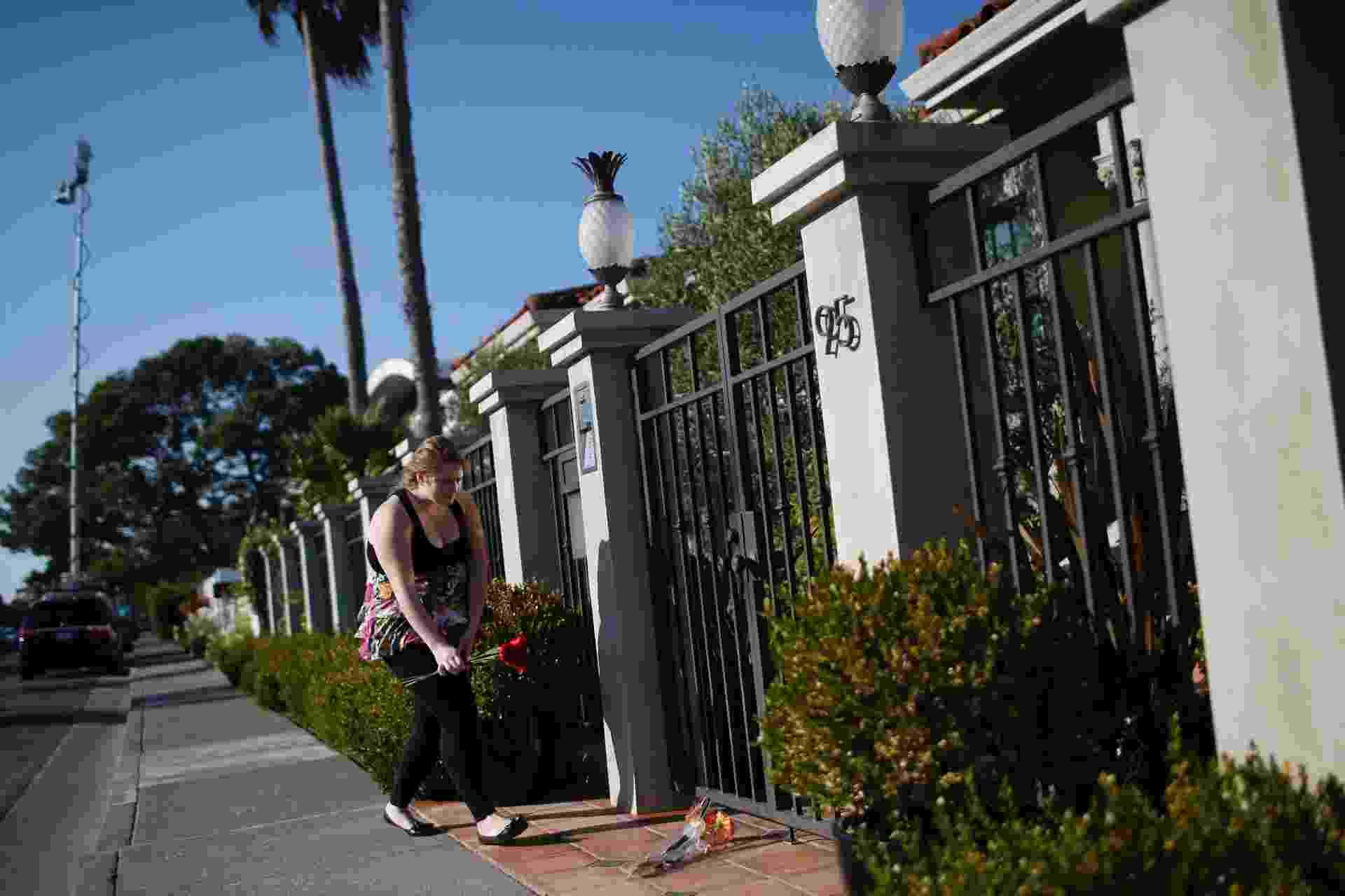 11.ago.2014 - Fã deixa flores no portão da casa de Robin Williams em Tiburon, na Califórnia, Estados Unidos. O ator foi encontrado morto nesta segunda-feira, com suspeita de asfixia - Stephen Lam/Reuters