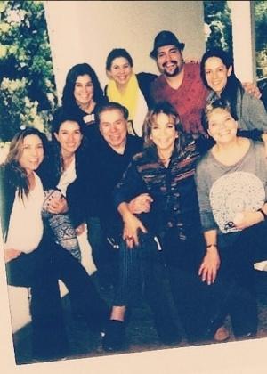 Silvio Santos aparece cercado pela família em foto de Dia dos Pais