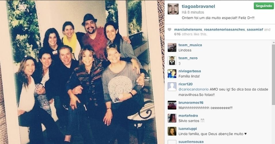 """11.ago.2014 - Thiago Abravanel comemorou o Dia dos Pais com o avô Silvio Santos. No Instagram, o ator mostrou uma foto na qual aparece com o animador do SBT, enquanto ele é cercado pela mulher, Íris Abravanel, e as seis as filhas. Patrícia Abravanel (no canto inferior esquerdo), que está no fim da gestação, exibe o barrigão. """"Ontem foi um dia muito especial!! Feliz D+!!!"""", escreveu Thiago"""