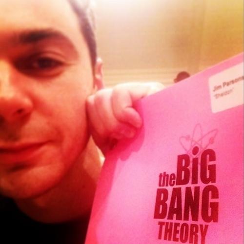"""5.ago.2014 - Jim Parsons publica foto do roteiro da nova temporada de """"The Big Bang Theory"""""""
