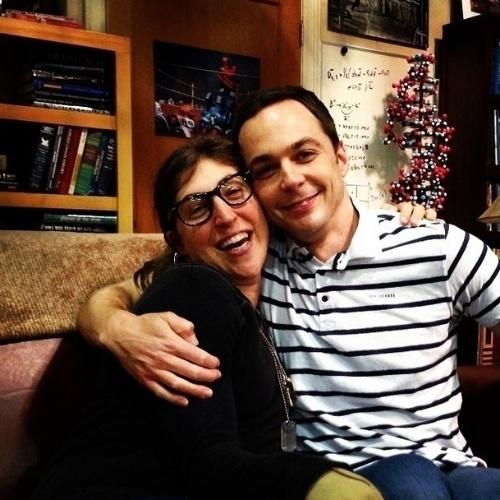 """6.ago.2014 - O ator Jim Parsons, o Sheldon de """"The Big Bang Theory"""", posta foto ao lado da atriz Mayim Bialik, a Amy, para comemorar o início das gravações da oitava temporada da série"""