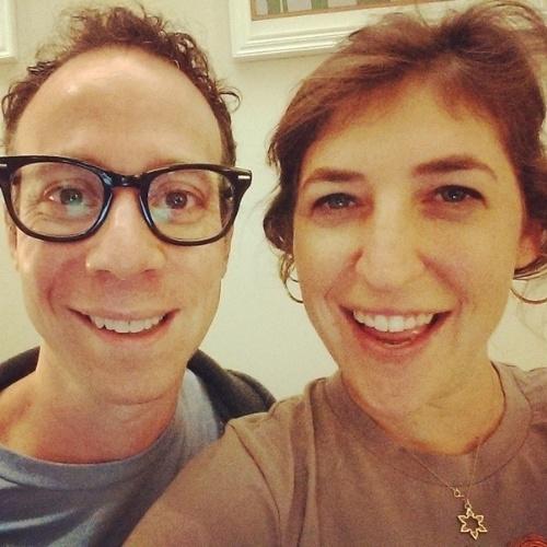 """8.ago.2014 - A atriz Mayin Bialik, a Amy de """"The Big Bang Theory"""" posa ao lado de Kevin Sussman, o Stuart, nos bastidores da oitava temporada de """"The Big Bang Theory"""""""