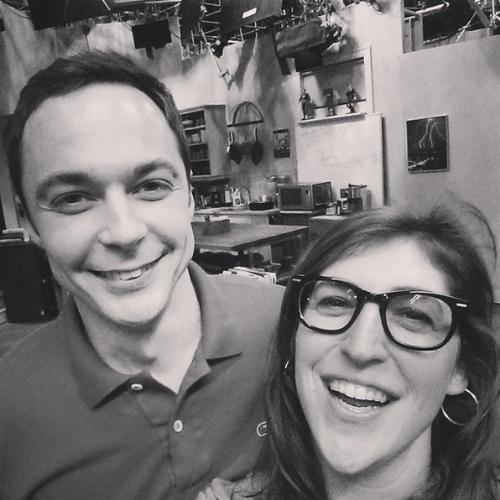 "9.ago.2014 - A atriz Mayin Bialik, a Amy de ""The Big Bang Theory"" posta foto ao lado do ator Jim Parsons, o Sheldon Cooper, nos bastidores da oitava temporada da série"