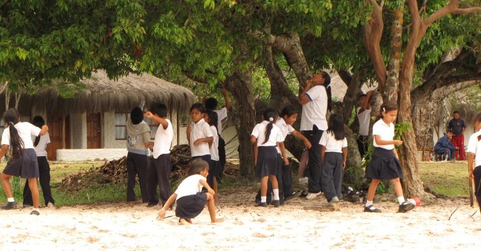Após saírem da escola, crianças brincam nas árvores e na praia de Canaima