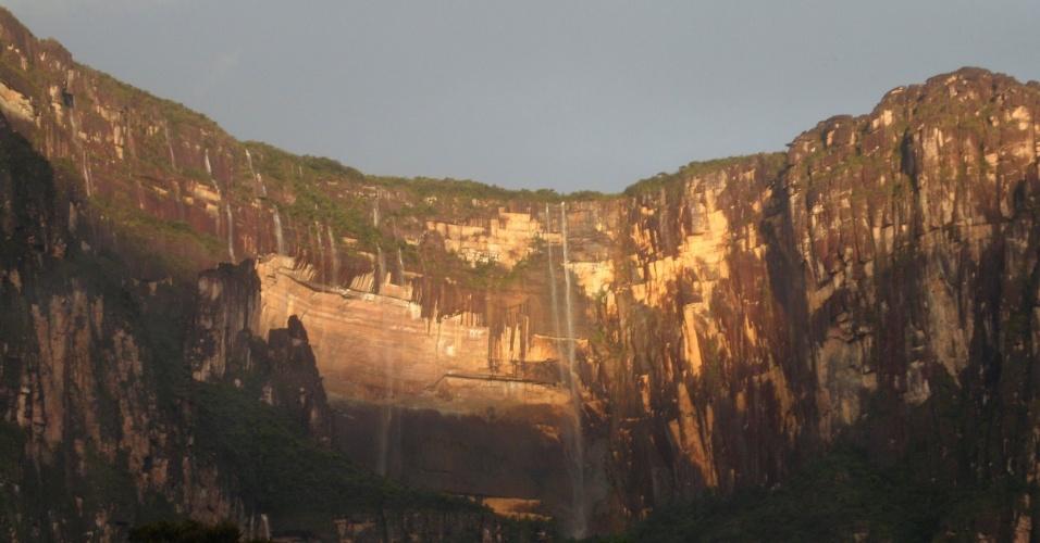 """Auyantepuy é um dos maiores tepuis da Venezuela e abriga muitas cachoeiras. Ele é um dos motivos do apelido """"Paraíso das Cachoeiras"""""""