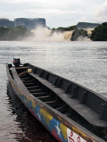 Canoa aguarda a saída dos turistas na lagoa Canaima