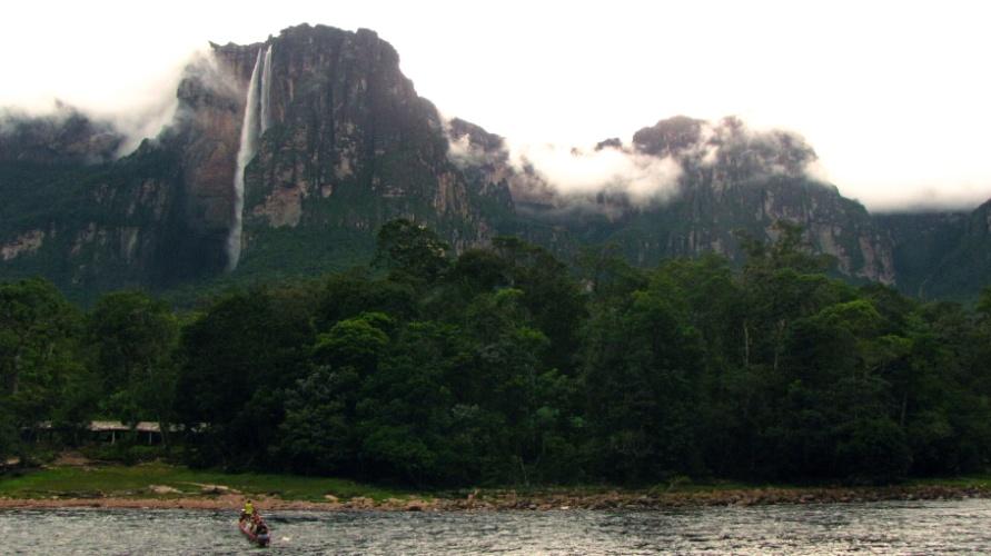 Canoa chega ao ponto navegável mais próximo do Salto Angel. Dali, segue-se por uma trilha de uma hora em mata fechada até o poço da cachoeira