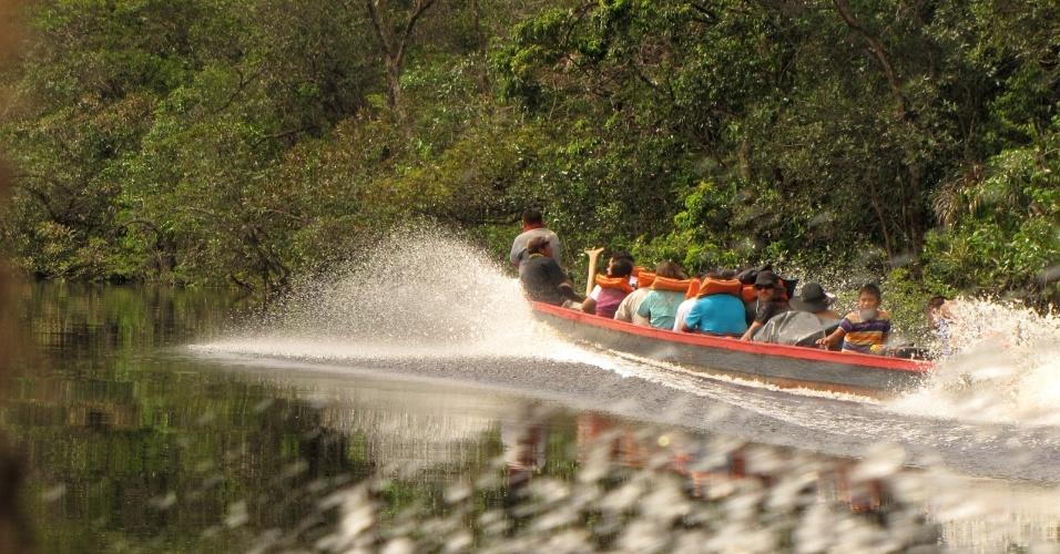 Canoa leva os visitantes ao paraíso das cachoeiras