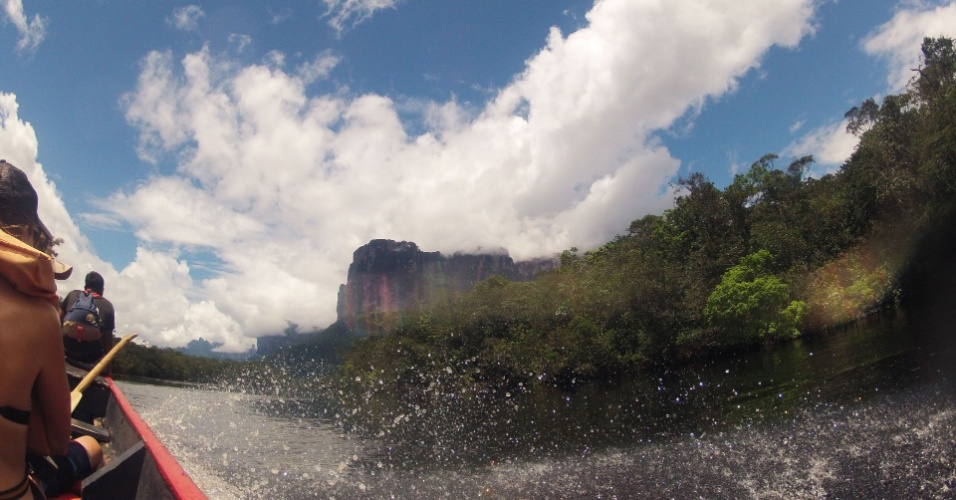Canoa motorizada sobre o rio Carrao em alta velocidade rumo ao Salto Angel