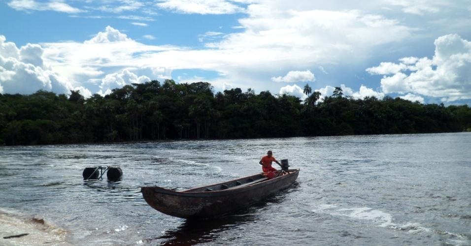 Canoeiro chega para receber os turistas