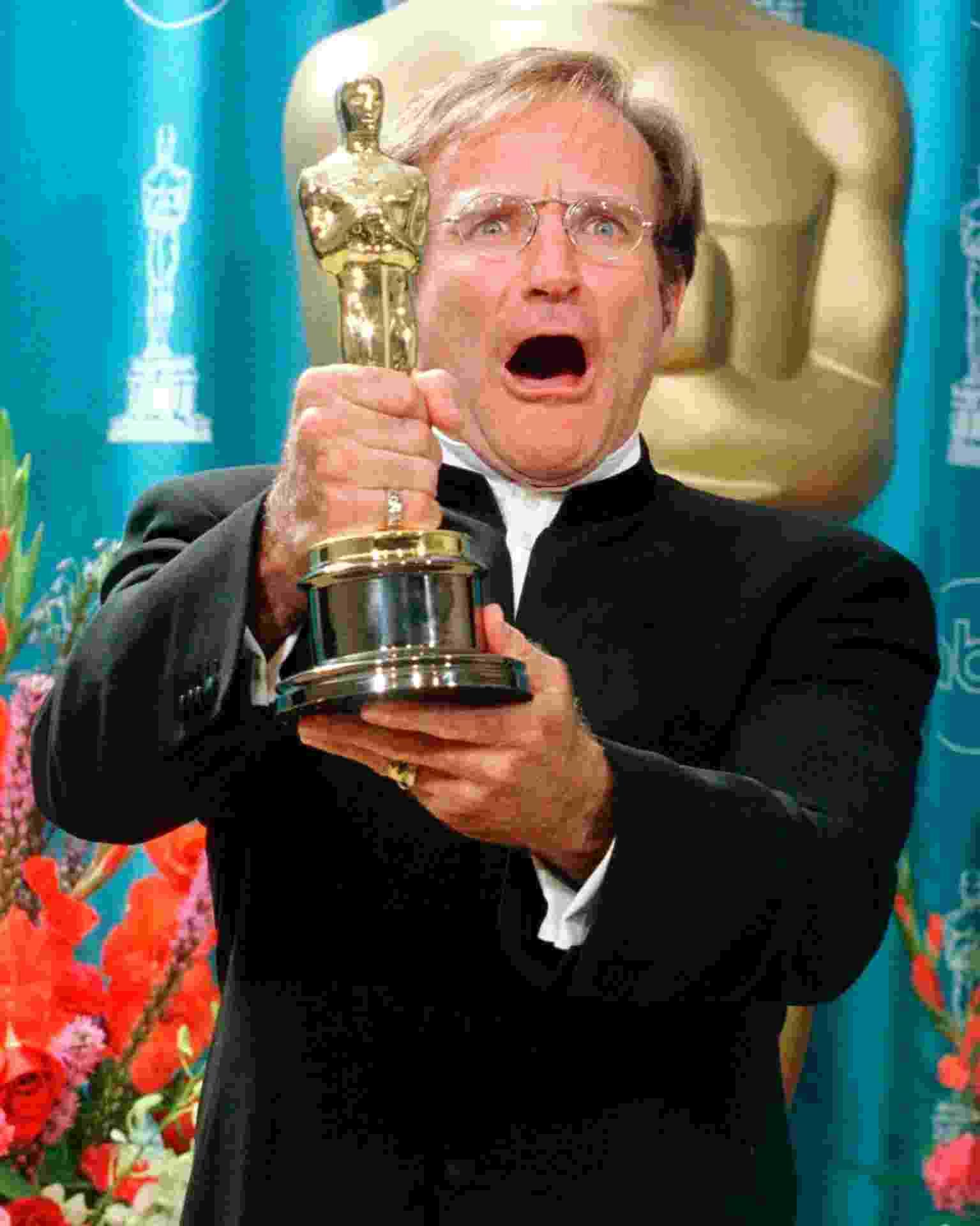 """Em 23 de março de 199, Robin Williams festejou o Oscar na categoria de de Melhor Performance de Ator Coadjuvante por seu papel em """"Gênio Indoomável"""" - REUTERS / Sam Mircovich"""