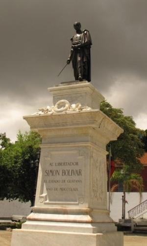 Estátua homenageia o libertador Simon Bolivar