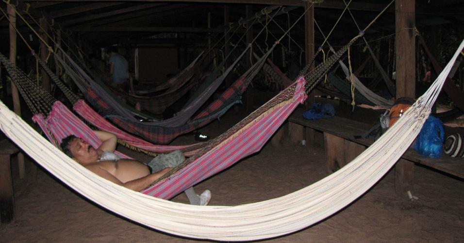 Guias e viajantes se misturam nas redes do acampamento após um longo dia de aventura