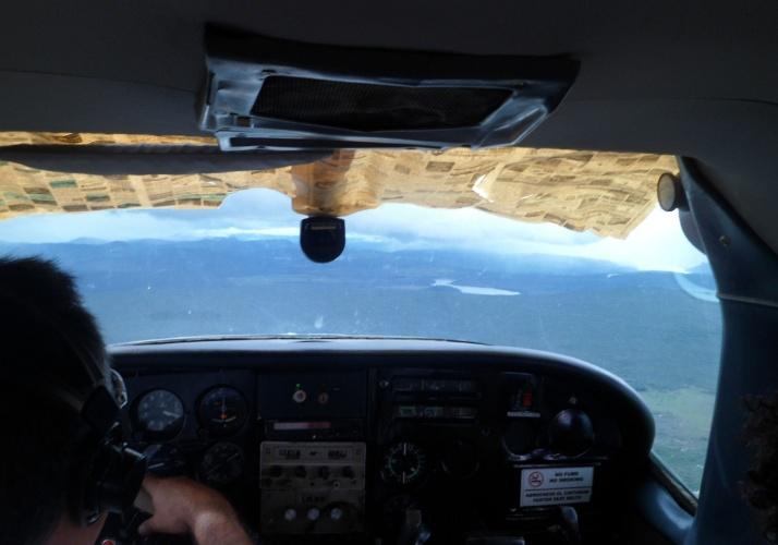 Jornais velhos protegem piloto do sol no trajeto a Canaima