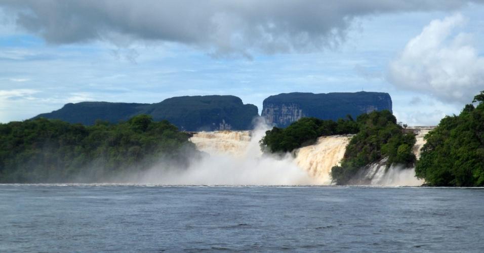 Lagoa Canaima com os saltos Hacha, Wadaima, Golondrina. Ao fundo os tepuis El Nonoy e Kuravaina