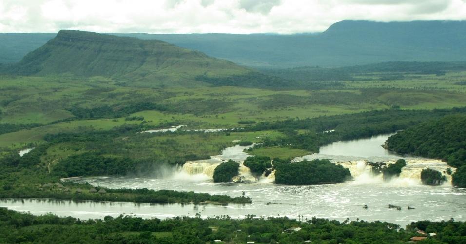 Lagoa Canaima, saltos e tepuis vistos do avião