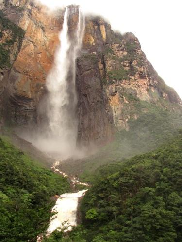 O Salto Angel tem oficialmente 979 metros de altura, sendo 807 metros de queda livre
