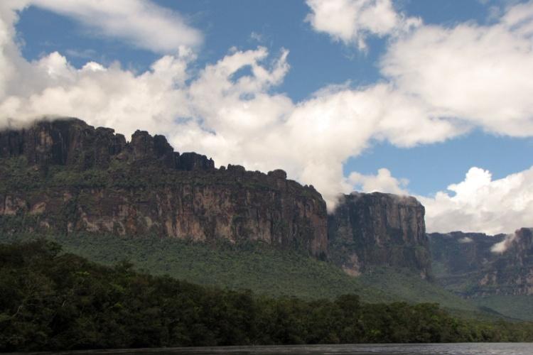 Os tepuis são grandes formações montanhosas com paredes veriticais e cimo geralmente plano
