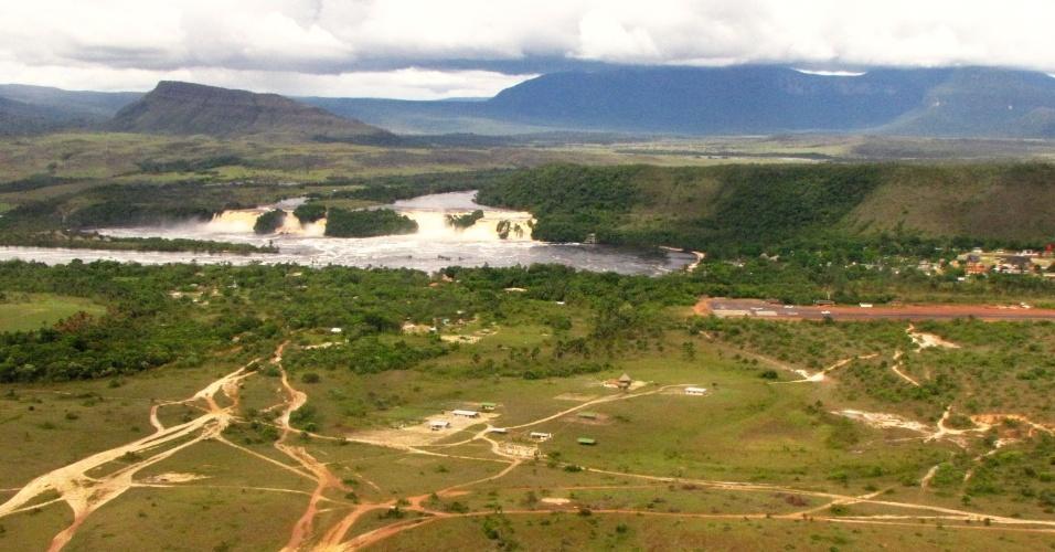 Parte do Parque Nacional de Canaima, com o vilarejo de mesmo nome, a lagoa, os saltos e os tepuis nos arredores