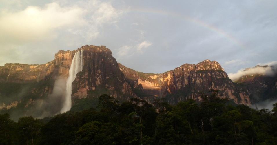 Pela manhã, para poucos sortudos, o Salto Angel aparece acompanhado de um arco-íris