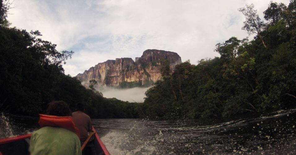 Turista observa um dos grandes tepuis que aparecem ao longo do rio Carrao no caminho ao Salto Angel