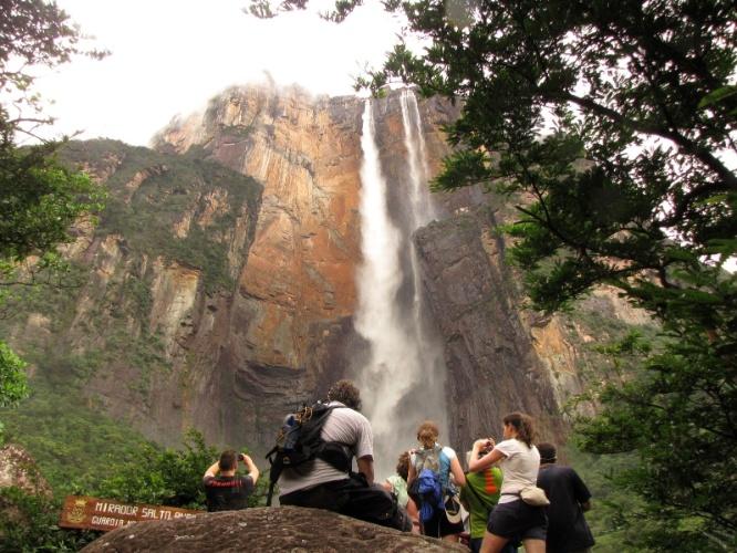 Viajantes de todas as partes do mundo, registram e apreciam o Salto Angel