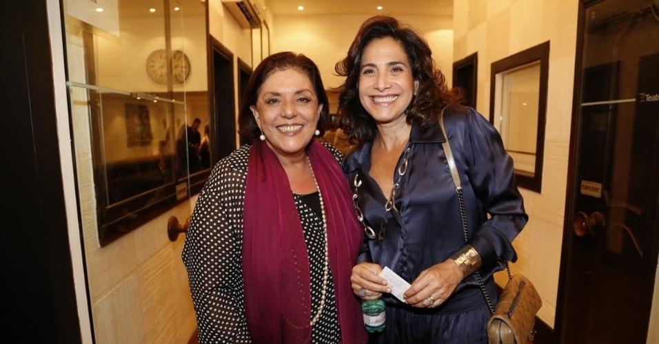 """11.ago.2014 - A jornalista Leda Nagle e a atriz Totia Meirelles  posam juntosna pré-estreia do espetáculo """"Meu Deus"""", no Rio"""