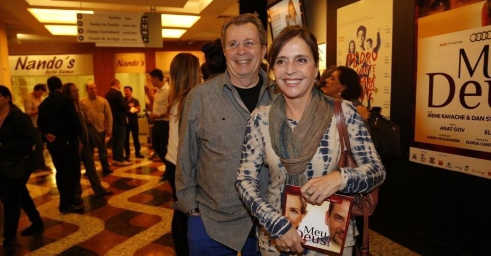 """11.ago.2014 - O diretor e ator Daniel Filho vai com a mulher à pré-estreia do espetáculo """"Meu Deus"""", no Rio"""