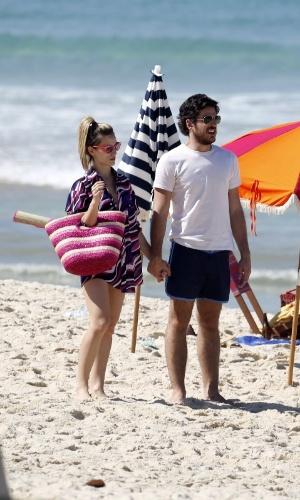 """12.ago.2014 - Bianca Bin e Marco Pigossi gravaram cenas """"Boogie Oogie"""" na praia do Leblon, no Rio. Na trama da Globo, eles vivem Vitória e Rafael, respectivamente"""