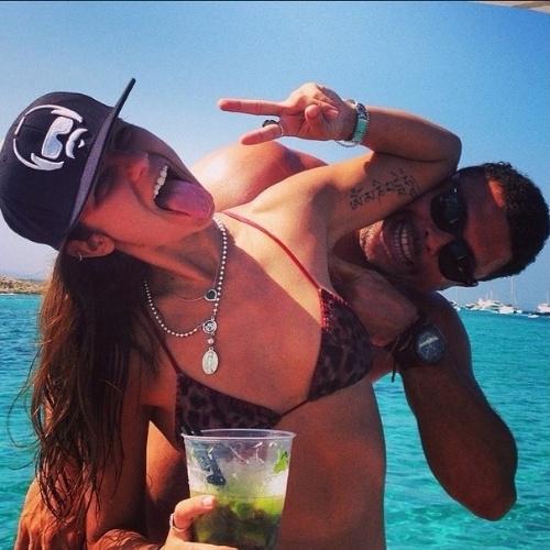 12.ago.2014 - Em Ibiza, Ronaldo e a noiva posam em clima descontraído