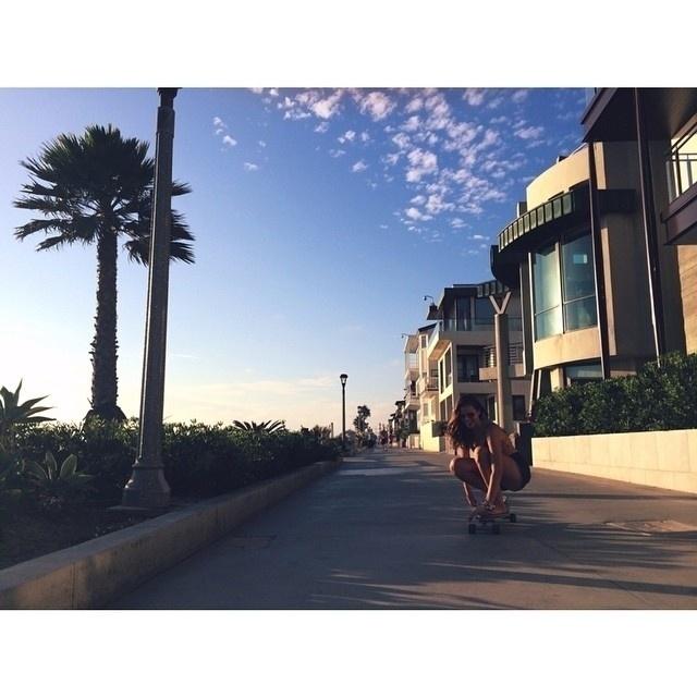 12.ago.2014 - Em Los Angeles, Bruna virou uma skatista e até passou a arriscar passos mais ousados em cima das quatro rodinhas