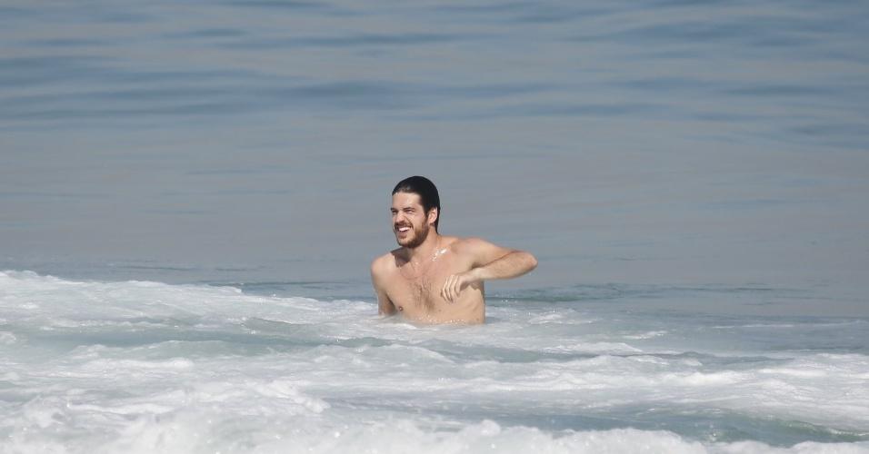 """12.ago.2014 - Marco Pigossi aproveitou as gravações de """"Boogie Oogie"""" na praia do Leblon, no Rio, para se refrescar no mar"""