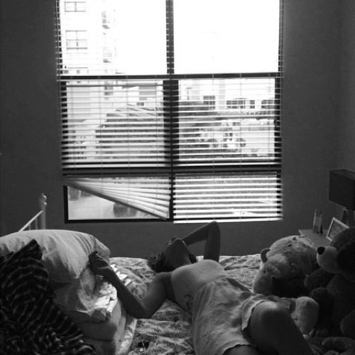 12.ago.2014- Bruna Marquezine deitada em quarto em Los Angeles