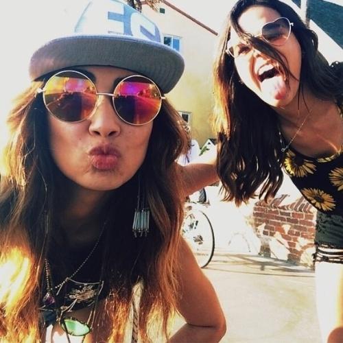 12.ago.2014- Filha do ex-jogador de futebol Bebeto e modelo, Stephanie Oliveira é uma das melhores amigas de Bruna Marquezinae acompanha a atriz na viagem. As duas se divertem nas ruas de Los Angeles