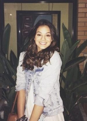 """Bruna registra uma foto brincando com a frase de um cartaz: """"Sorria?"""""""
