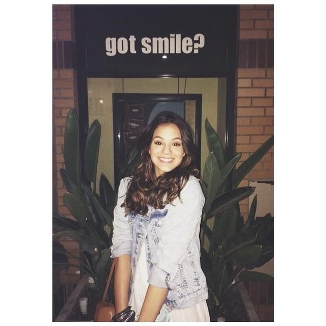 12.ago.2014- No primeiro dia em Los Angeles, Bruna fez questão de registrar uma foto brincando com a frase de um cartaz: