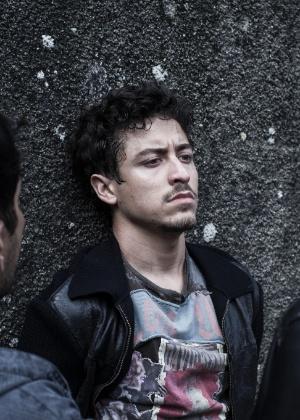 Alain (Jesuíta Barbosa) é preso depois que a polícia encontra a carteira de Bruno Ferraz em sua casa
