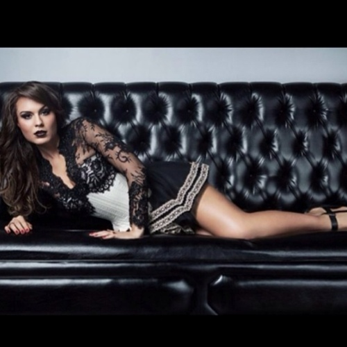 Antes de fazer sucesso como a Mendigata, Fernanda Lacerda atuava como modelo e estava com os cabelos escuros