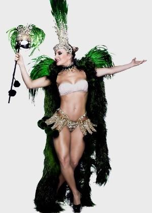 Claudia Leitte exibe corpo em forma ao posar com as cores da Mocidade de Padre Miguel. A cantora é a rainha de bateria do Carnaval 2015 - Divulgação