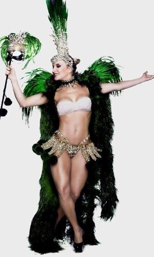 Claudia Leitte exibe corpo em forma ao posar com as cores da Mocidade de Padre Miguel. A cantora é a rainha de bateria do Carnaval 2015