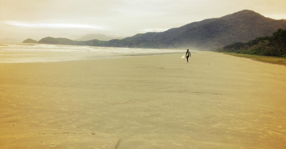 Em um dia nublado, surfista tem a praia da Fazenda, em Ubatuba, só para si. Local faz parte do Núcleo Picinguaba, em Ubatuba