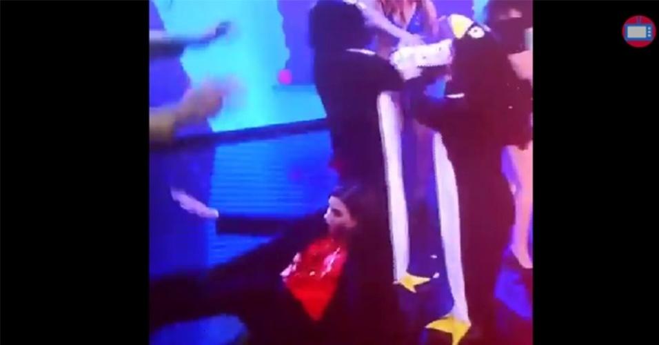 "Narcisa Tamborindeguy cai durante o programa ""Tudo pela Audiência"""