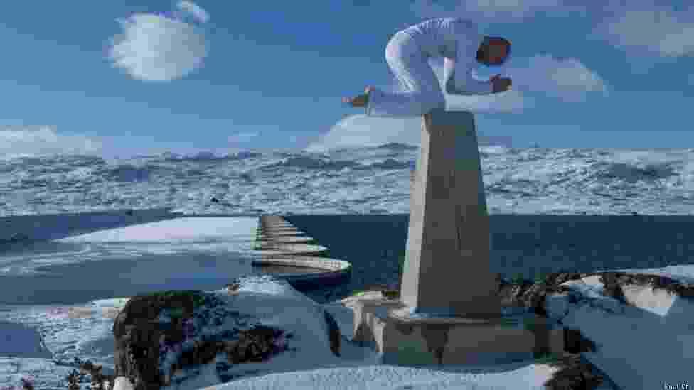 O equilíbrio entre a vida e a morte. É assim que o norueguês Eskil Ronninghbakken, descreve o seu trabalho. Nesta foto, o equilibrista aparece rezando de joelhos em Hallingdalen, na Noruega - Eskil Ronninghbakken