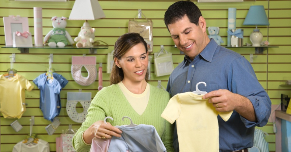pais comprando roupas de bebê