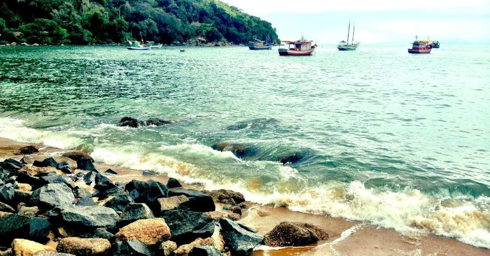 Paisagem da praia da Vila Picinguaba, em Ubatuba. Local faz parte do Parque Estadual da Serra do Mar e é ponto de partida para viagens de barco até a ilha das Couves, uma das mais belas da região de Ubatuba