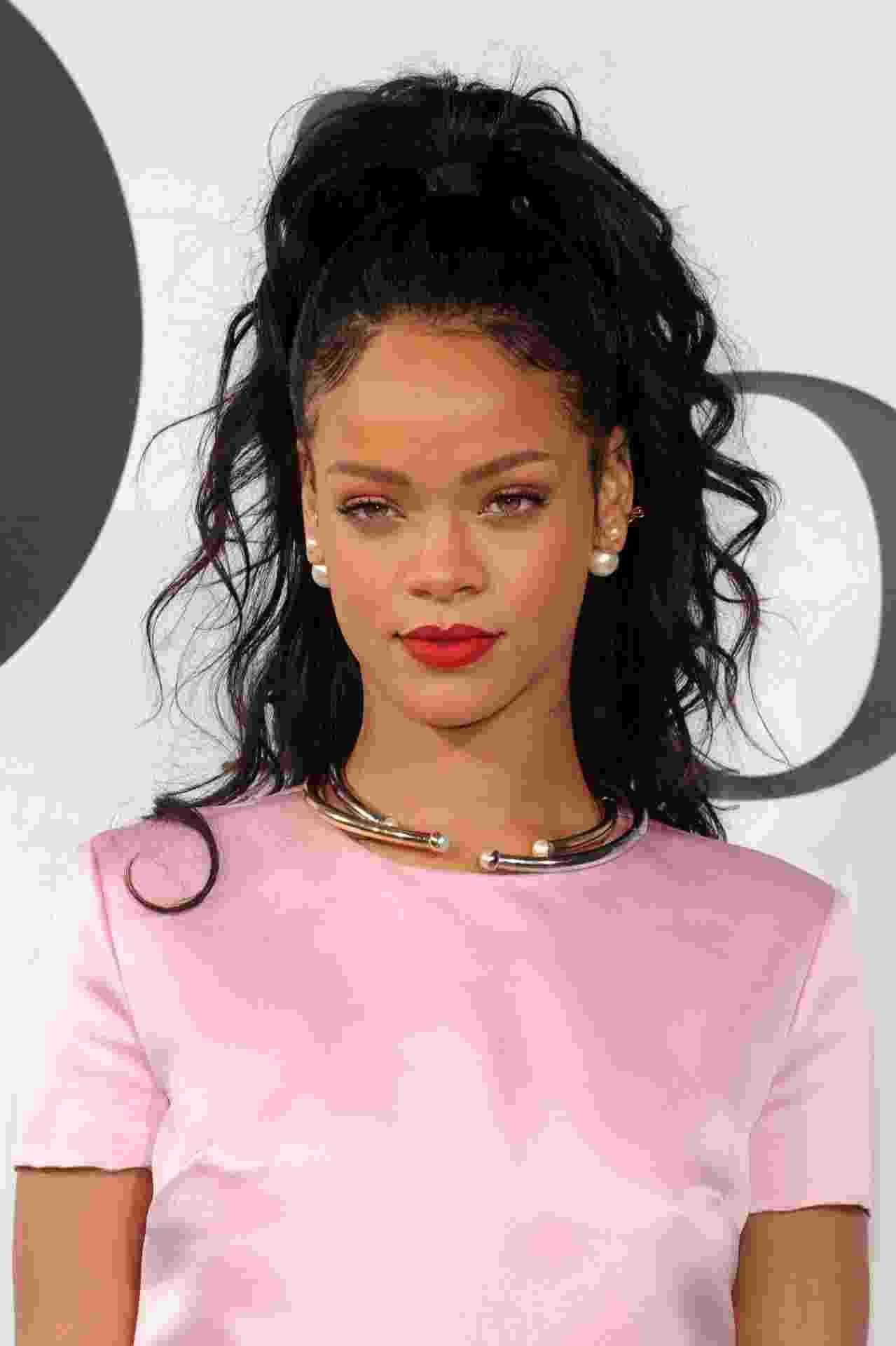 Rihanna usando brincos de pérola Dior - Getty Images