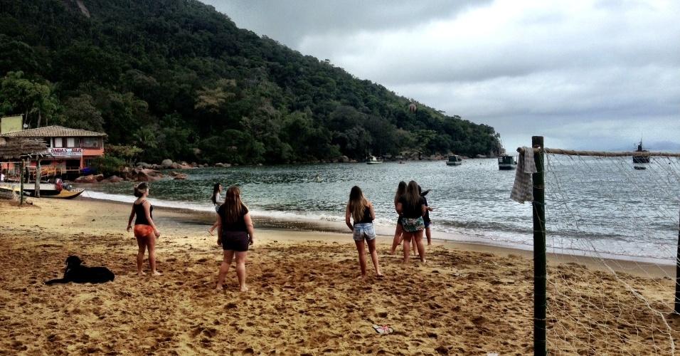 Turistas jogam vôlei na praia da Vila Picinguaba, em Ubatuba. Local faz parte do Parque Estadual da Serra do Mar