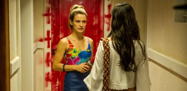 Vitória picha a porta do apartamento de Sandra, revoltando a enfermeira